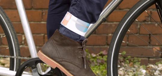 immer sch n sauber bleiben schutz f r die hosenbeine pressedienst fahrrad. Black Bedroom Furniture Sets. Home Design Ideas