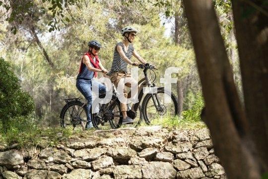 Trekking-E-Bikes machen längere Ausflüge möglich. Auch Schotterstraßen sind damit kaum anstrengender zu fahren als ein Radweg.