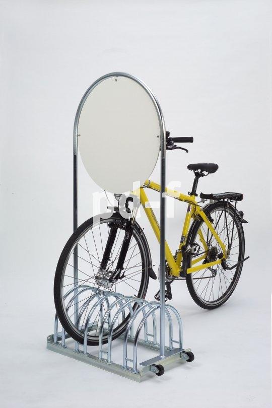 Optimal für Kurzzeitparker: die stationäre oder mobile Abstellanlage mit integrierter Werbefläche.