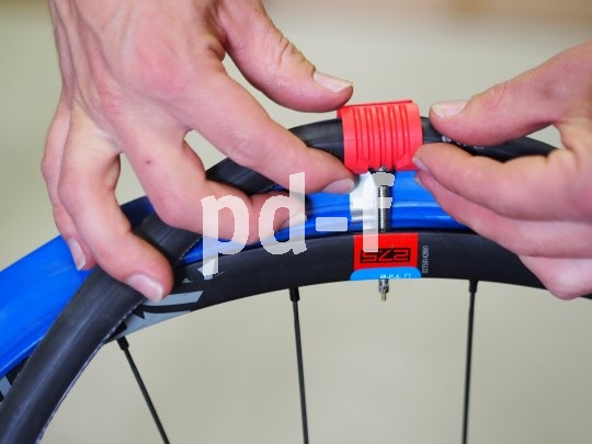 Schritt 5: Der leicht aufgepumpte Innenschlauch wird mit montiertem Airguide in den blauen Innenreifen gelegt.