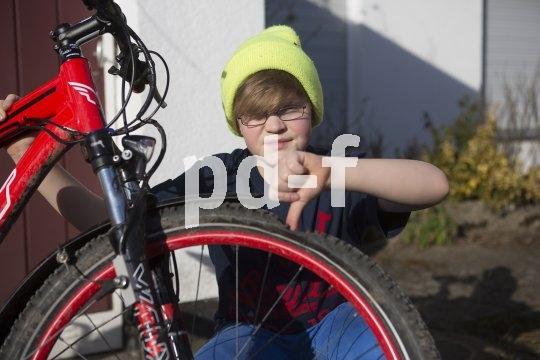 Ohje, der ist platt! Aber keine Sorge: Reifen flicken ist kinderleicht.