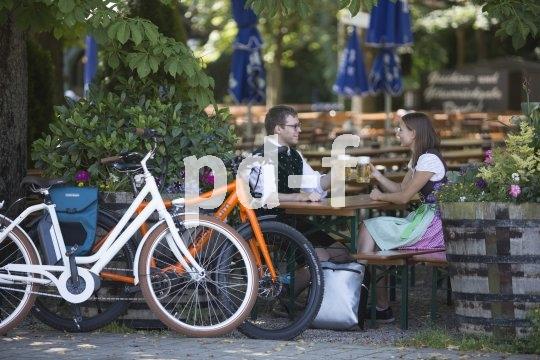 Ein Biergarten lädt für eine Pause bei der Radtour ein.