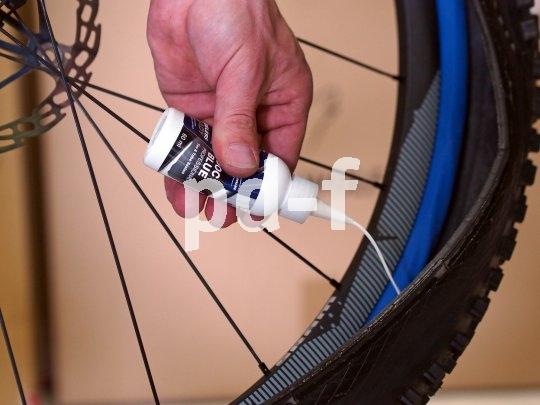 Anders als bei der klassischen Tubeless-Montage wird bei der Installation von Procore die Dichtmilch direkt in den Reifen gefüllt.