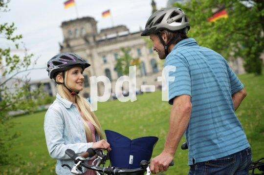 Passend zu lockerer Freizeitkleidung gibt es bequem zu tragende, sichere Fahrradhelme.