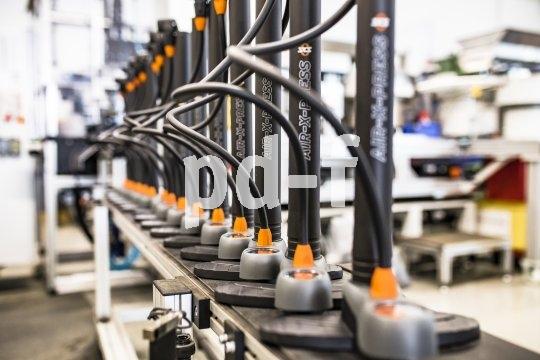Eine gute Standpumpe schmückt nicht nur die eigene Werkstatt, sie sorgt auch für echte Arbeitsersparnis: Einerseits macht sie das Pumpen leichter, andererseits halten gut aufgepumpte Reifen und Schläuche deutlich länger. Hier ein Foto aus der Fertigung des Herstellers SKS.