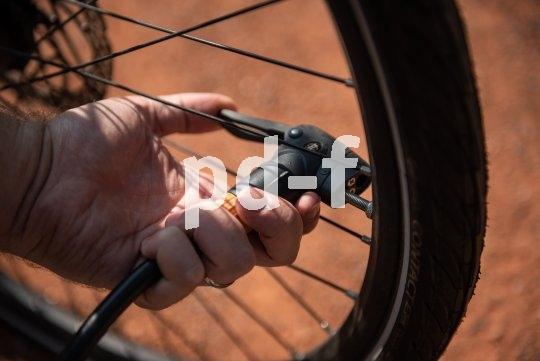 Bei Standpumpen mit ihrem flexiblen Schlauch ist es nicht wichtig, wo das Ventil gerade steht, solange man drankommt: Der Armdruck bei der Pumpbewegung geht in den Boden und kann das Fahrrad so nicht aus dem Gleichgewicht bringen.