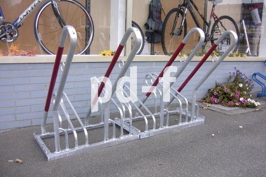 An den großen Bügeln lassen sich Fahrräder gut anlehnen und anschließen.