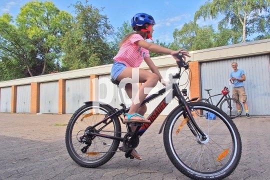 Nach einem gemeinsamen Service mit Papa läuft das Kinderrad gleich besser.