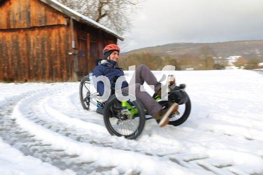 Alle reden vom Driften - die tun es: Mehrspurige Liegeräder sind auf rutschigem Untergrund pure Spaßmaschinen. Umso mehr, wenn es sich um frischen Schnee handelt.
