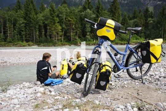 Mit Packtaschen vorne und hinten plus großer Lenkertasche lässt sich eine Menge Gepäck transportieren. So ist man für das Rad-Abenteuer bestens gerüstet.