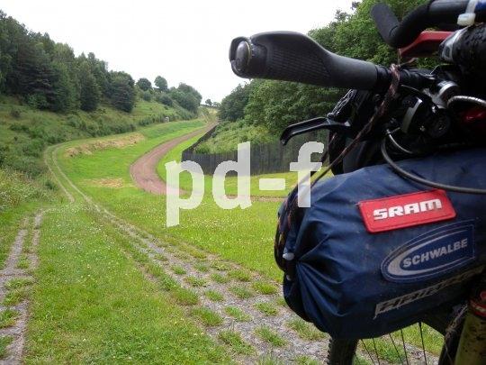 Warum immer den einfacheren Weg wählen? Mountainbiken lebt von der Herausforderung, und das kann bedeuten, statt des glatten Spazierweges lieber die fahrerisch anspruchsvolle Betonpiste zu nehmen.