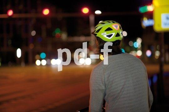 Reflektierende Folien und eine auffällige Farbe machen diesen Helm und damit seinen Träger im nächtlichen Stadtverkehr deutlich besser sichtbar.