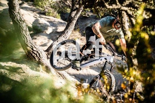 """Mountainbikes mit E-Unterstützung werden immer leichter, schneller, wendiger. Haibike verwendet für sein vollgefedertes Modell """"Xduro Nduro 3.0"""" einen Bosch-Mittelmotor mit hohem Drehmoment. Fahrer: Yannick Granieri"""
