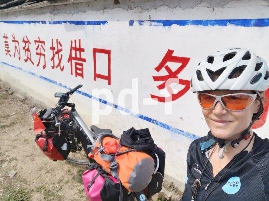 Lost in Translation: Was die die Beschriftung auf dieser Mauer genau bedeutet, erschließt sich der Reiseradlerin Andrea Freiermuth nicht.