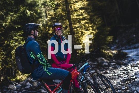Auch beim Bikepacking hängt viel davon ab, mit wem man unterwegs ist. Ansonsten brauchts geeignete Kleidung und eine sinnvolle Ausrüstung.