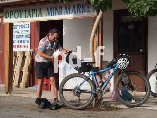 Alte Regel der Bikepacker: Das Wichtigste kommt nach oben.