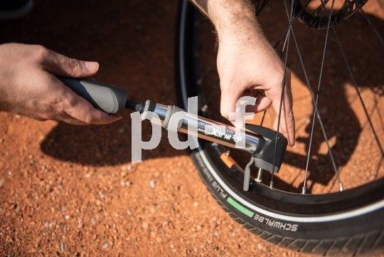 Eine praktische Minipumpe setzt man am besten auf das am Boden befindliche Ventil. So kann man den nötigen Aufsetzdruck ausüben, ohne dass das Fahrrad ins Wackeln gerät.
