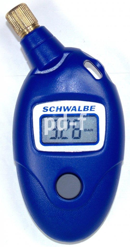 Genauer als die Daumenprobe: Mit einem Druckmesser lässt sich der Reifendruck exakt ermitteln. Aufs Ventil schieben und das Knöpchen drücken genügt.