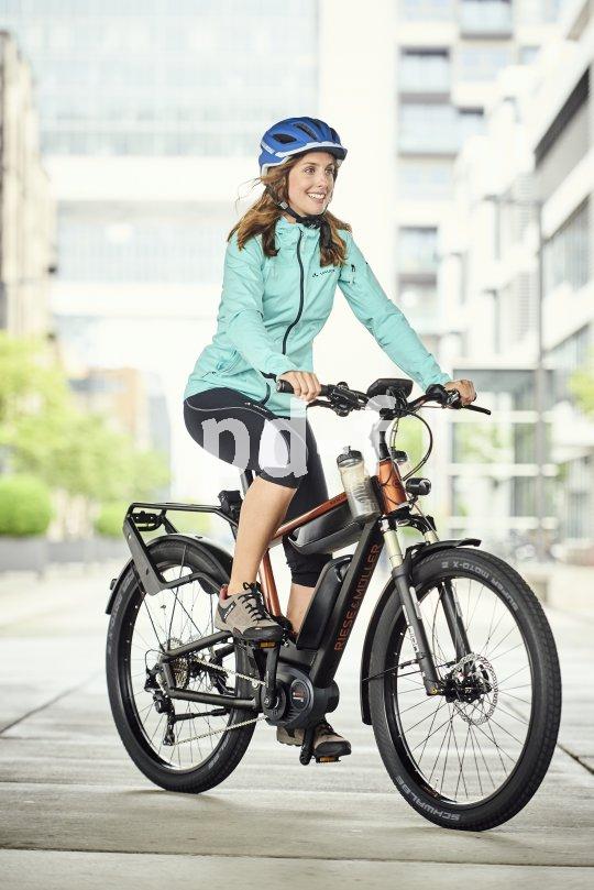 Vollfederung, Elektroantrieb und sogar ein Getränkehalter in Lenkernähe: Komfortabler kann man einfach nicht Rad fahren.