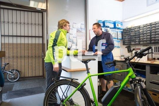 Für die Belastungen in der dunklen, kalten und meist auch nassen Jahreszeit sollten Fahrräder fit sein. Eine Wartung mit eventuellem Nachstellen von Bowdenzügen oder Bremskomponenten bietet sich an.
