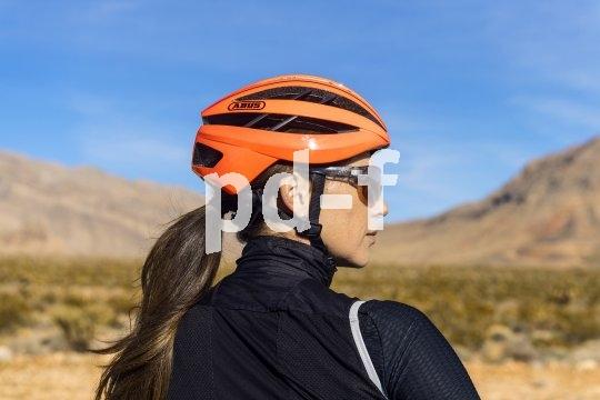 """Der Pferdeschwanz ist praktisch beim Sport, stört aber manchmal beim Tragen eines Fahrradhelms. Es gibt Modelle (hier der """"Aventor"""" von Abus), die auf das kleine Extra am Hinterkopf eingerichtet sind."""