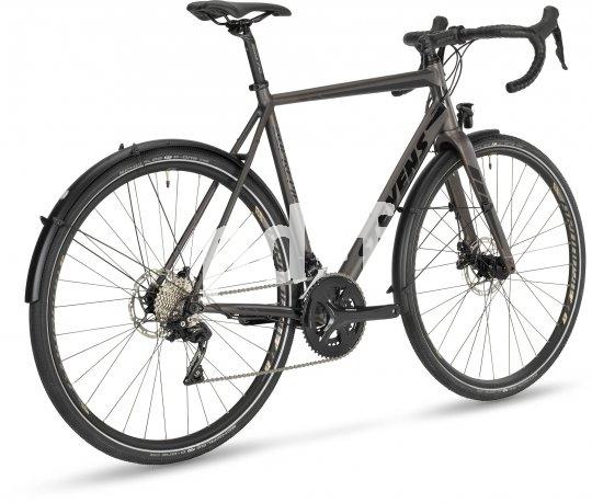 Rennradfahren auch im Alltag und auf nicht asphaltierten Strecken; dazu eine tourentaugliche Sitzposition, Lichtanlage und Schutzbleche - eine Fahrradvariante, die viele sportlich radelnde Menschen anspricht. Für sie wurde das Modell Supreme der Firma Stevens entwickelt.