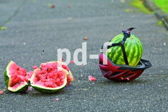 Geschmacklos, aber eindeutig: Wenn selbst eine Wassermelone derart vom Helmetragen profitiert, wie geht es dann erst unserem Kopf?