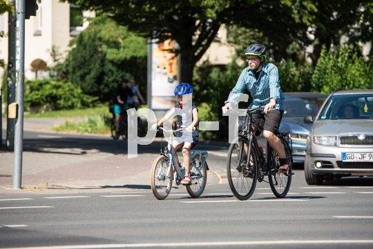 Das meistern von brenzligen Situationen will geübt sein. Deshalb sollten Eltern immer gemeinsam mit ihren Kindern im Straßenverkehr üben.