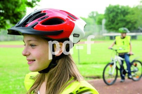 So sitzt der Helm richtig: Die Vorderkante sitzt knapp über den Augenbrauen, die Riemen laufen dicht an den Ohren entlang.