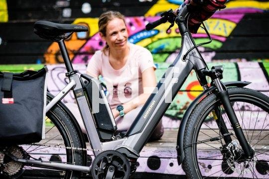 Tiefeinsteiger sind als Stadtfahrräder beständig sehr gefragt. Schnell und sicher auf- und absteigen zu können ist einfach ein Sicherheits- und Komfortplus. Auch beim E-Bike.