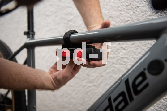 Für manche Faltschlösser gibt es flexibel montierbare Rahmenhalterungen; dieses wird per Klettband fixiert.
