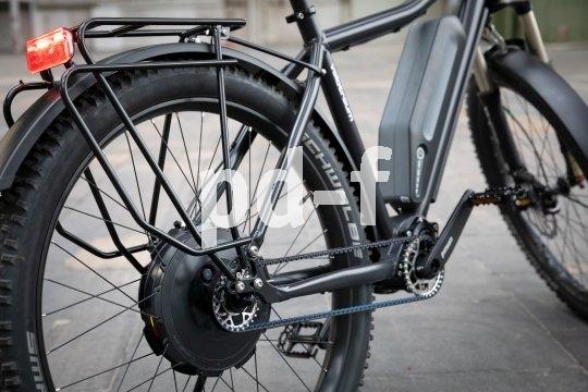 """Auch für ein E-Reiserad ist Wartungsarmut ein großer Vorteil. Velotraum stattet seinen """"Finder FD12E"""" mit einem Hinterradnabenmotor aus, der den Einbau eines Pinion-Zentralgetriebes zulässt. Dazu kommen ein Gates-Carbonriemenantrieb und komfortable Breitreifen."""