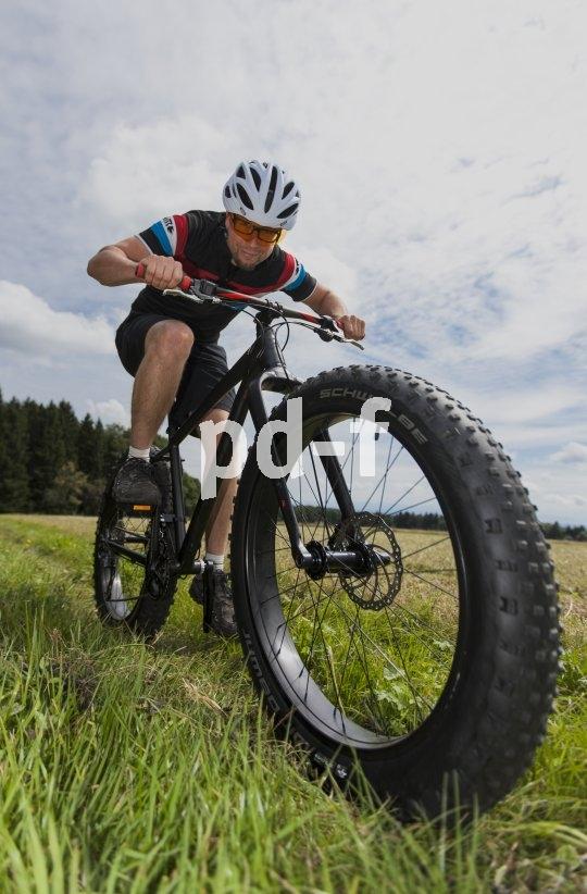 Ob Sand, Schnee oder ein frisch gepflügter Acker: Fatbike-Reifen tragen ihren Fahrer über alles hinweg. Dazu bieten sie dermaßen viel Komfort, dass auf eine Federgabel locker verzichtet werden kann.