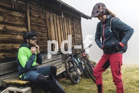 Für Biketouren mit leichtem Gepäck ist geeignete Kleidung essentiell. Leicht und vielseitig, atmungsaktiv und wärmend, wasserabweisend und bequem sollte sie sein - und das alles gleichzeitig.