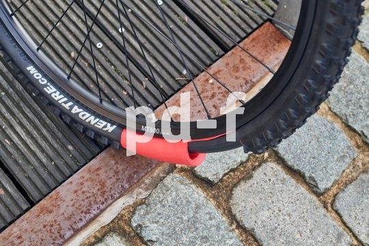 """Damit der lästige platte Reifen wirklich der Vergangenheit angehört, bringt Hersteller Tannus die Pannenschutzeinlage """"Armour"""" auf den Markt: 15 Millimeter Material stellen sich dem Fremdkörper in der Lauffläche des Reifens entgegen."""