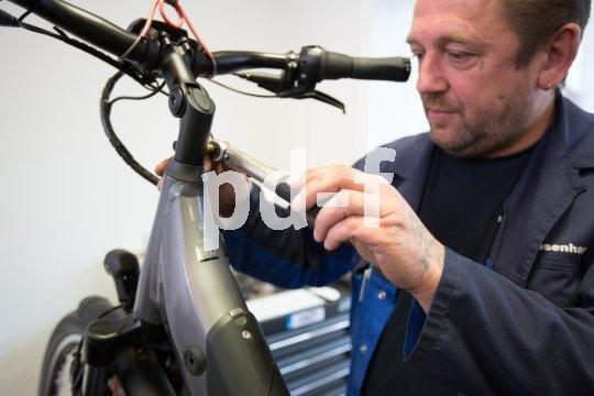 Ein bisschen Pflege, am besten vom Fachmann, und das Rad ist fit für die dunklere Jahreszeit. Klas, dass das Augenmerk dabei vor allem auf Bremsen und Beleuchtung liegt.