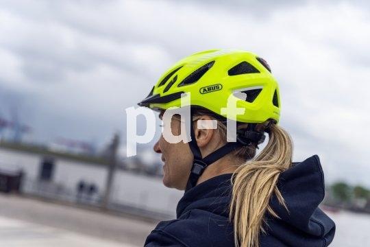 Neonfarben sorgen für das Wahrgenommenwerden am Tage, Reflektoren schaffen Sichtbarkeit bei Nacht. So dient der Fahrradhelm schon präventiv der Sicherheit.