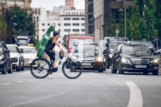 """Sportradspezialist Cannondale bringt mit dem """"Canvas Neo"""" 2020 ein E-Citybike auf den Markt, das agiles Fahren und Cruiserfeeling miteinander kombiniert. Die Antriebsunterstützung übernimmt ein Bosch-Mittelmotor Performance Line LX."""