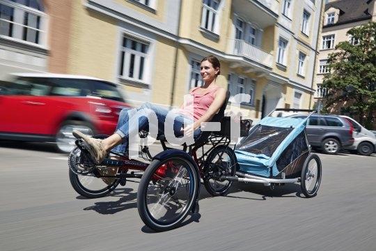 Mit dem Trike durch den Stadtverkehr? Warum nicht, denn die Sitzposition verschafft der Fahrerin einen guten Überblick darüber, was um sie herum geschieht.
