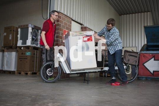 Beim Verladen muss darauf geachtet werden, dass die schwere Ware stabil und möglichst zentral steht.