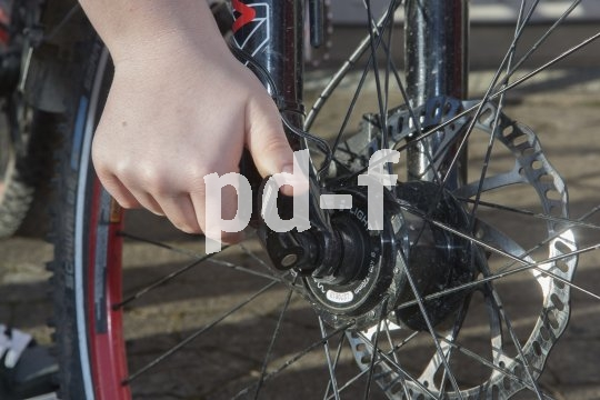 Erst mal muss der Reifen natürlich runter vom Rad. Wenn die Nabe mit Schnellspannern befestigt ist, bedeutet das nicht viel mehr als einen Handgriff.