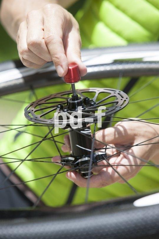 Diese innovative Diebstahlsicherung lässt sich nur öffnen, wenn das Fahrrad flach hingelegt wird. Steht es aufrecht, kann das so gesicherte Laufrad nicht ausgebaut werden.