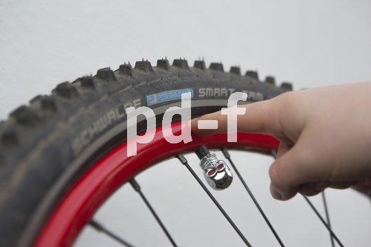 Mit welchem Druck der Reifen aufgepumpt werden sollte, steht auf der Reifenflanke. ?Min? heißt hier, wie viel Druck es auf jeden Fall sein muss, ?Max? gibt an, bis zu welchem Wert höchstens gepumpt werden darf.