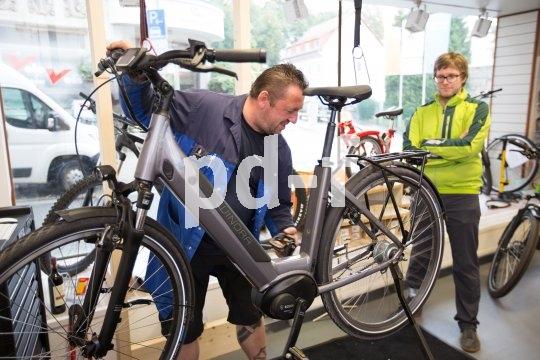 Für die Belastungen in der dunklen, kalten und meist auch nassen Jahreszeit sollten Fahrräder fit sein. Eine Wartung mit eventuellem Nachstellen von Bowdenzügen oder Bremskomponenten bietet sich an, natürlich auch bei E-Bikes.