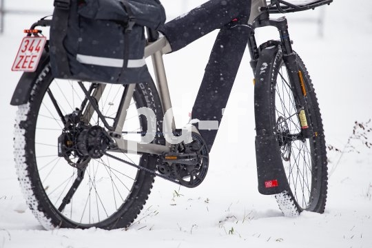 An jedem Regentag ein Gewinn, und auch bei Schnee und Matsch eine große Hilfe: der Spritzschutz zur Verlängerung des Schutzbleches. Fahrer Berlin bietet Exemplare aus Recycling-Material.