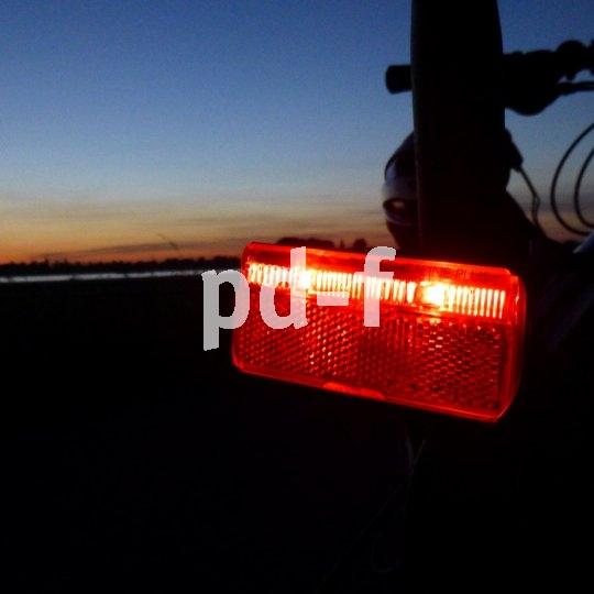 So sieht passive Sicherheit aus! Speziell für Pedelecs gibt es kräftige Rücklichter mit Bremslichtfunktion, die vom Bordakku mit Strom versorgt werden.