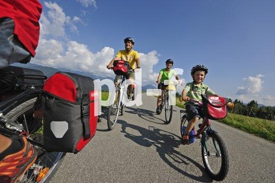 Kinder freuen sich, wenn sie wichtige Aufgaben übernehmen dürfen. Auf der Radtour kann das etwa heißen, dass sie einen Teil des Gepäcks transportieren.