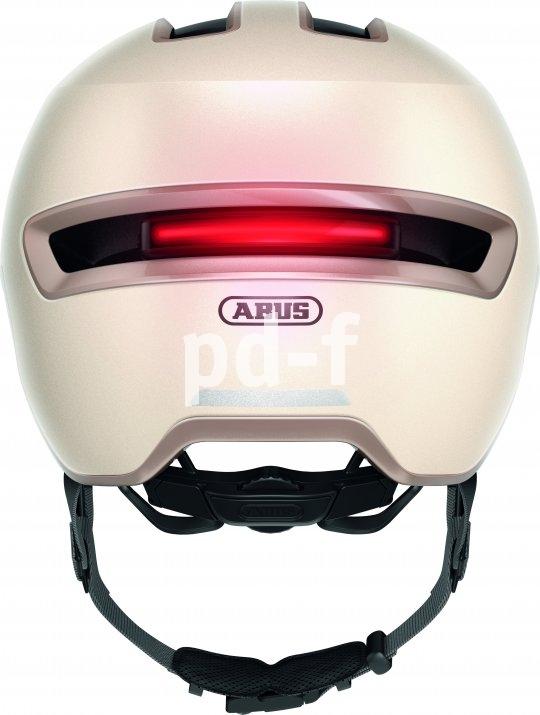 Bei diesem Helmmodell lässt sich eine magnetisch gehaltene Rücklichtleiste anbringen, die in verscheidenen Leuchtmodi für Sichtbarkeit bei Nacht sorgt.