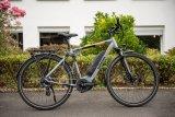 """E-Bikes (hier ein """"Yucatan 8"""" von Winora, 1.999 Euro) sind teurer als vergleichbare Räder für die Stadt ohne Motor. Deshalb brauchen sie auch einen besonderen Schutz. Bügelschlösser (z. B. das """"Granit XPlus 540"""" von Abus, mit Halterung ab 119,95 Euro) bieten eine maximale Sicherheitsstufe und werden deshalb von E-Bikern gerne genommen. Für die Befestigung während der Fahrt gibt es spezielle Halterungen."""