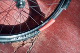 """Eine 15 Millimeter starke Materialeinlage schützt den Schlauch vor allem, was den Reifen durchdrungen hat: Pannenschutzeinlage """"Armour"""" der Marke Tannus."""